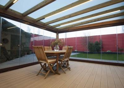 9 –  Cortinas de cristal en porche de madera