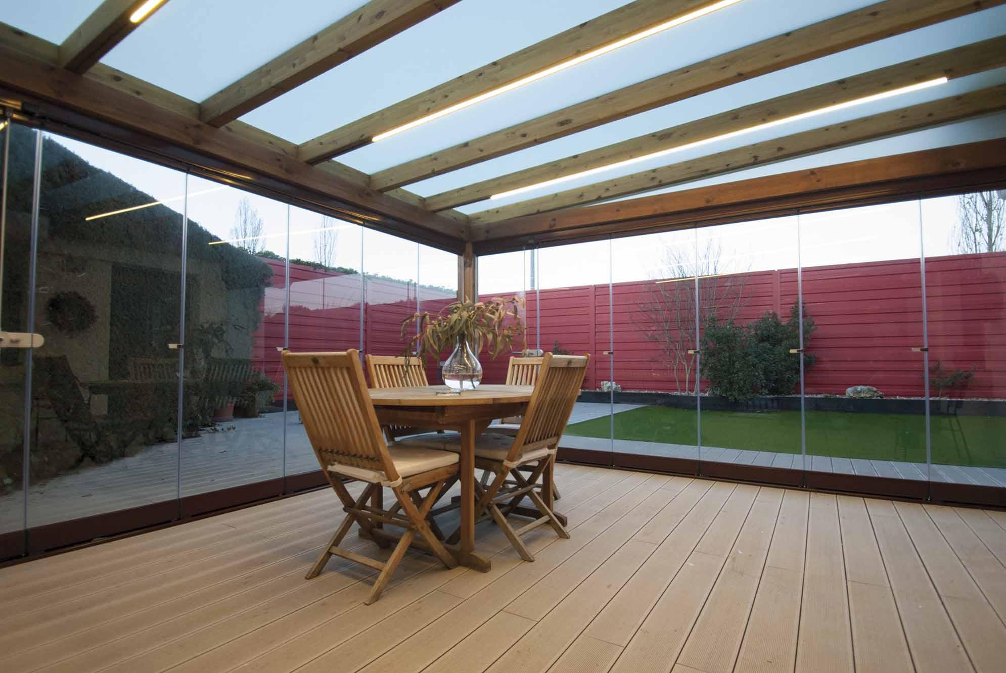 9 cortinas de cristal en porche de madera echarri for Porche jardin madera