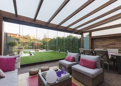 13 – Cortinas de cristal en porche de madera