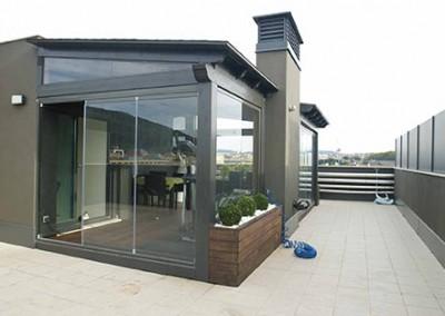 6 – Terraza con pérgola de madera cerrada con cortinas de cristal