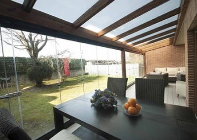13 cortinas de cristal en porche de madera echarri for Porche jardin madera