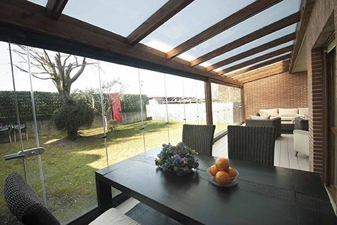 18 – Cortinas de cristal en porche de madera