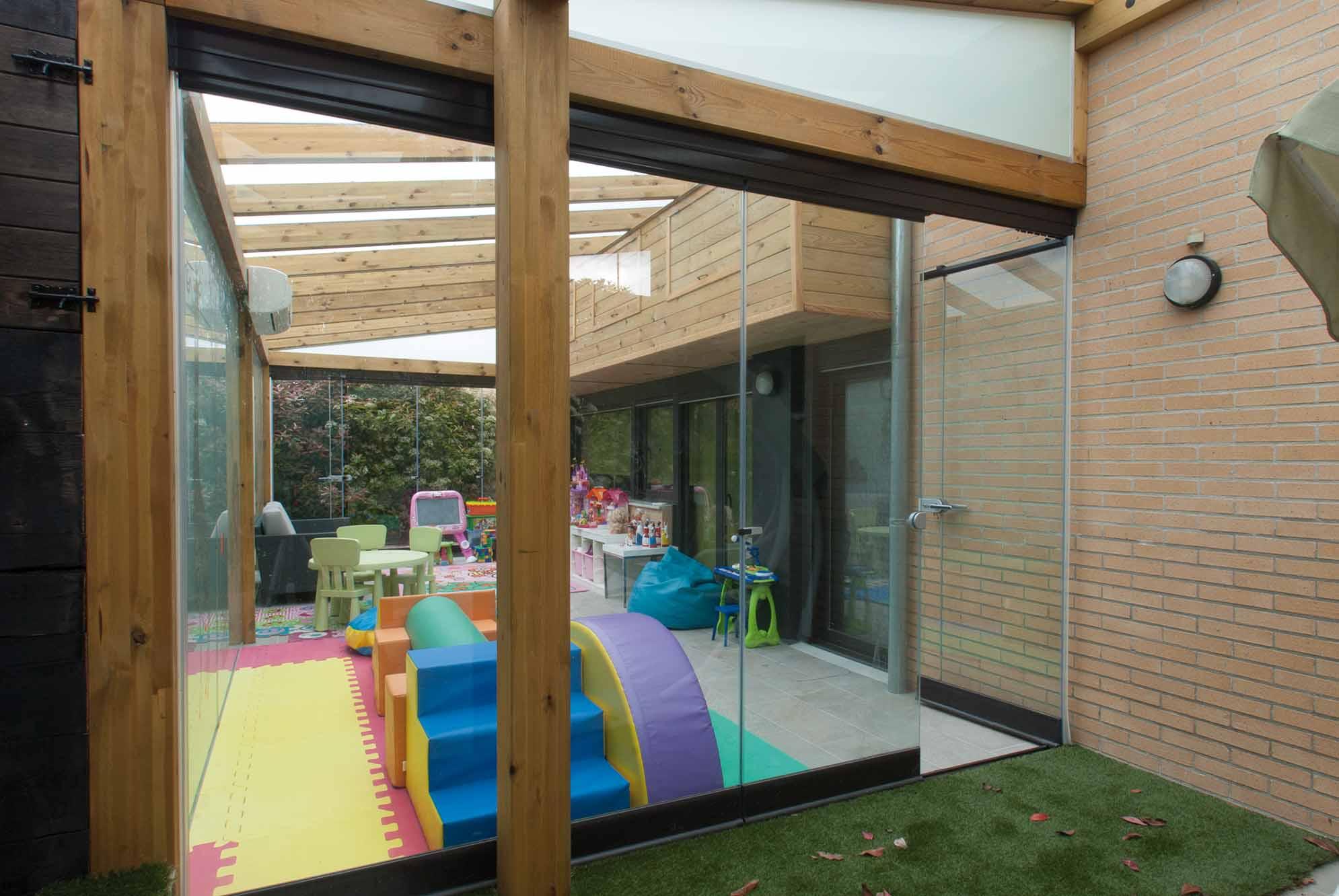 2 cortinas de cristal en porche de madera echarri - Porches de madera y cristal ...