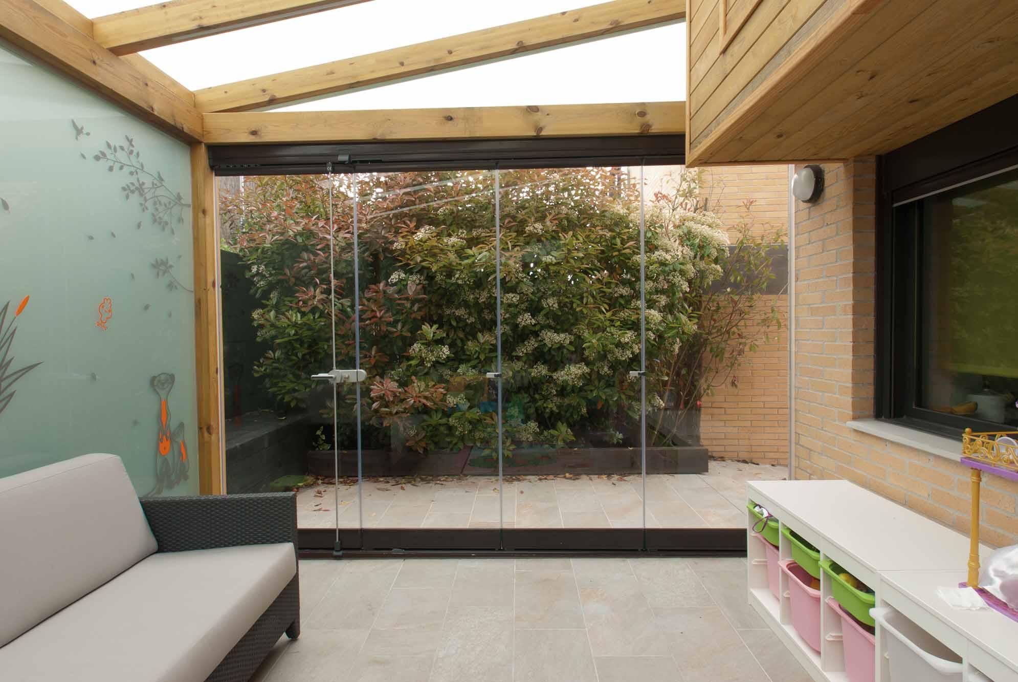 2 cortinas de cristal en porche de madera echarri for Porche jardin madera